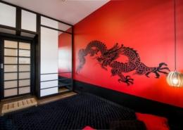 Czerwono-czarna sypialnia w orientalnym wydaniu