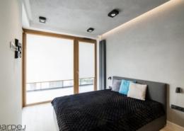 Minimalistyczna sypialnia z tarasem