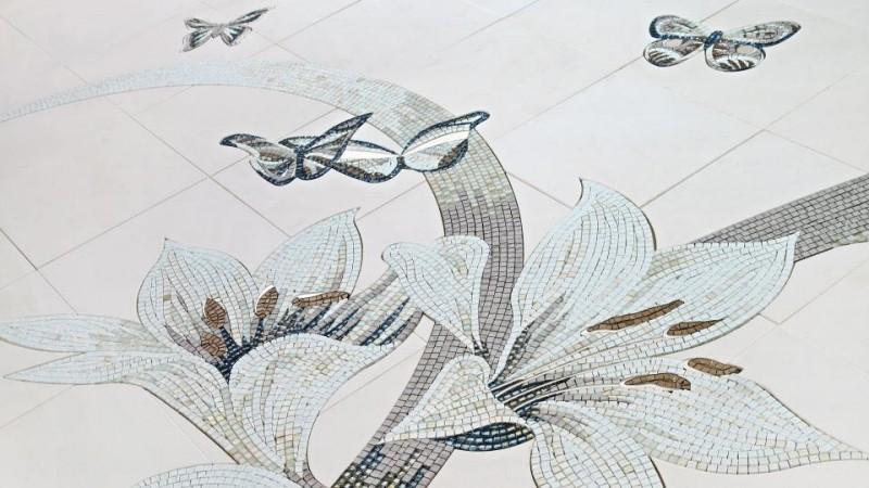 Mozaika w łazience lilie