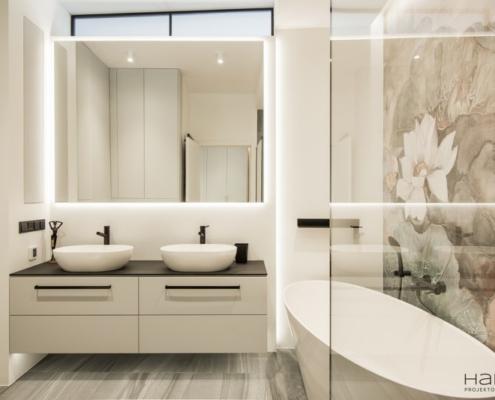Nowoczesna łazienka z kwietnym motywem