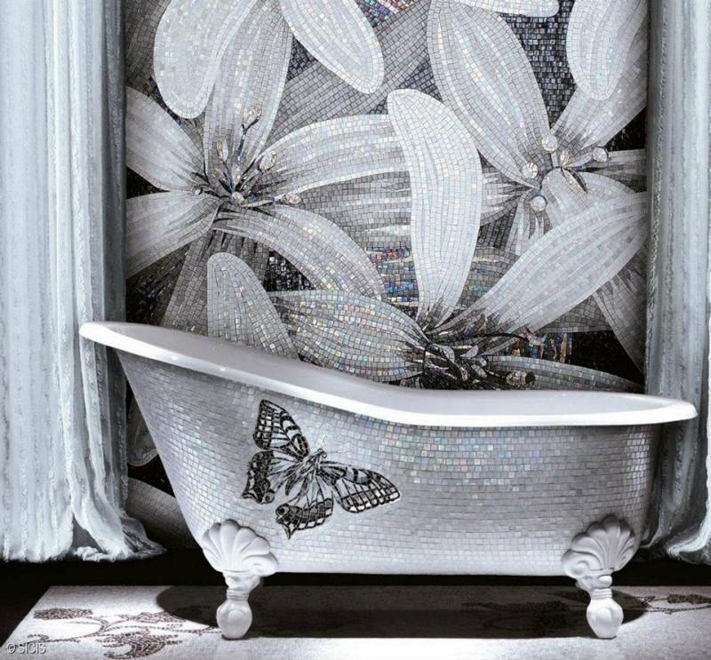 Ozdobna mozaika w łazience kwiaty