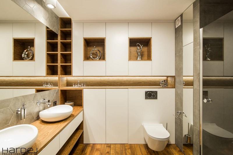 Skandynawska łazienka w drewnie i szarościach