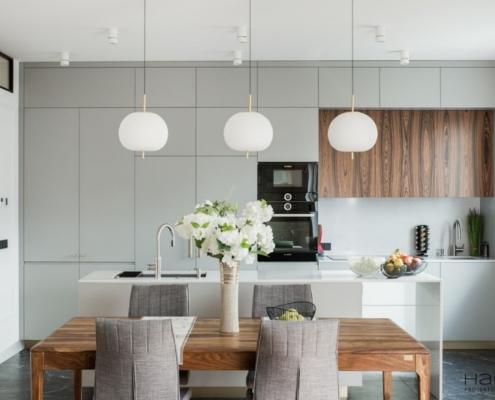 Styl nowojorski w salonie z kuchnią i jadalnią