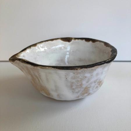 Biała sosjerka ceramiczna Wabi Sabi rękodzieło