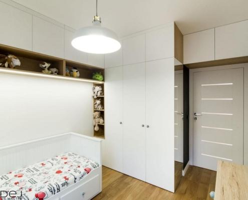 Biały pokój dla dziewczynki z zabudową