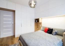 Duża zabudowa w skandynawskiej sypialni