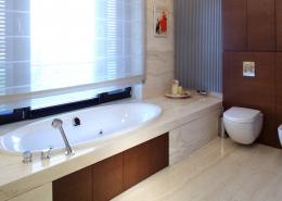 Drewno i nisko osadzona wanna w łazience