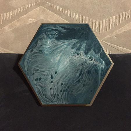 Heksagonalny stolik pomocniczy Hex 1.jpg