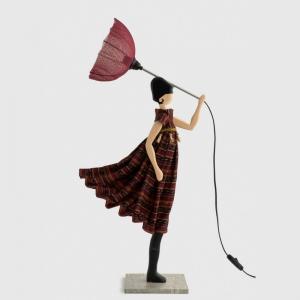 Lampa stołowa kobieta w burgundowej sukience ARTA