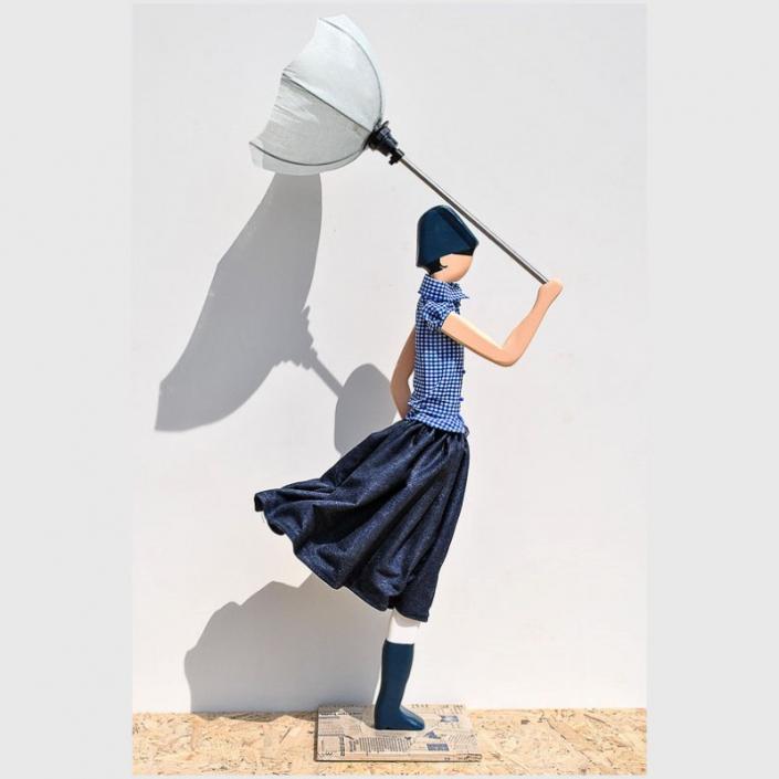 Lampka stołowa kobieta w granatowej spódnicy LAOURA