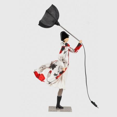 Ozdobna lampa stołowa kobieta w płaszczu Riana