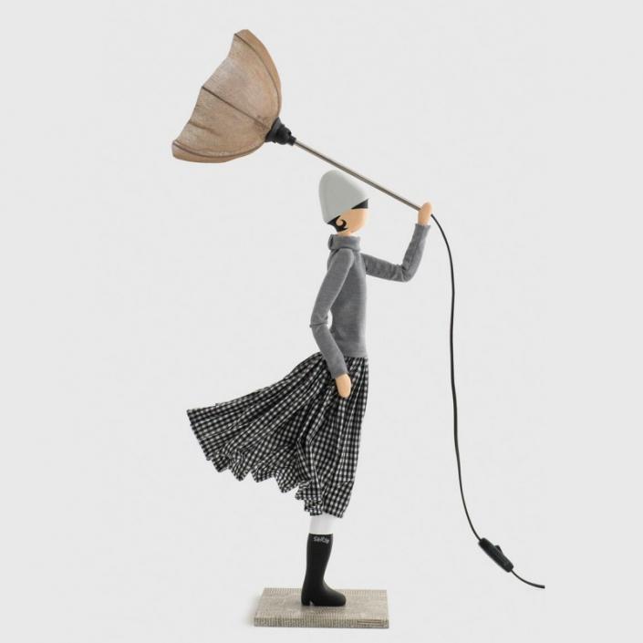 Szara lampa kobieta w kraciastej spódnicy IRO