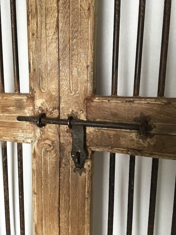 Dekoracyjne drzwi postarzane z kratami