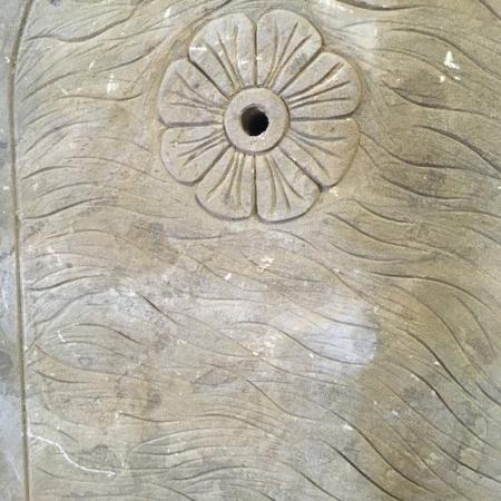 Kamienna fontanna ścienna waza Valence
