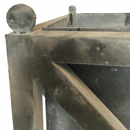 Kwadratowa donica z żelaza