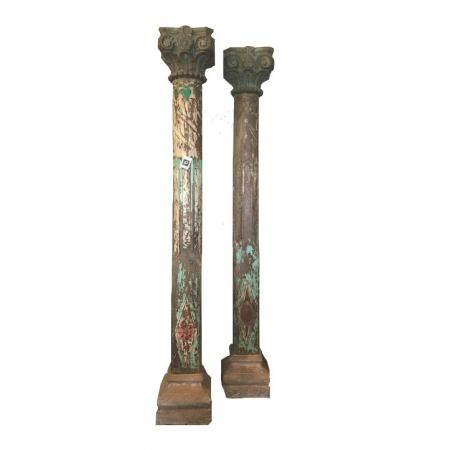 Para drewnianych antycznych filarów