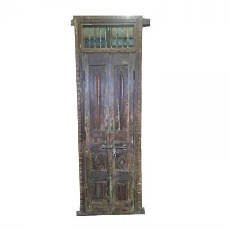 Wysokie drzwi postarzane z drewna