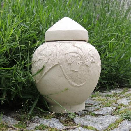 Ceramiczna urna z kwietnym motywem rękodzieło