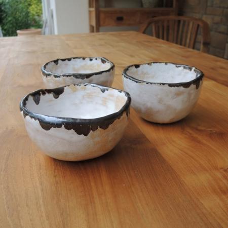 Szkliwiony zestaw misek ceramicznych rękodzieło