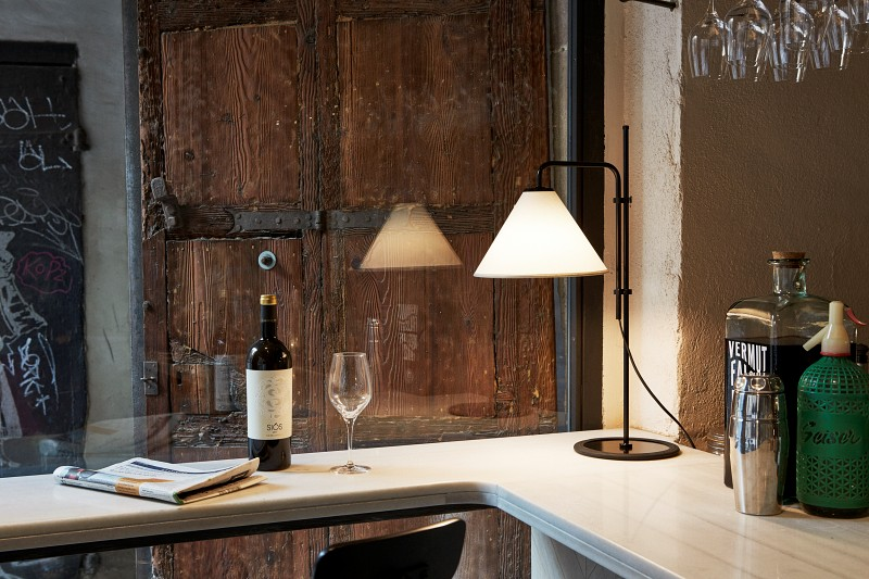 Lampy biurkowe LED stożkowym kinkietem Funiculi Marset