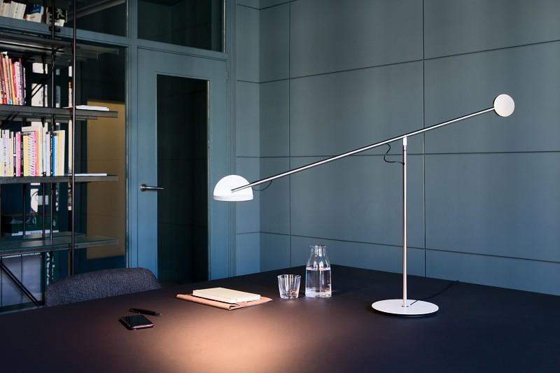Minimalistyczna lampa biurkowa Copernica Marset